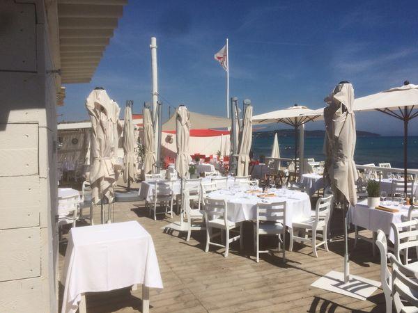Restaurant en bord de mer équipé en parasol Suntop modèle Prosun