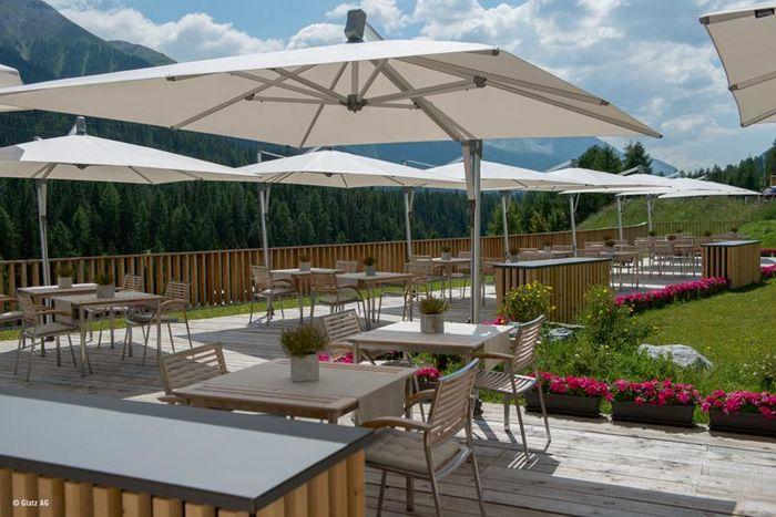 Terrasse équipée de parasols déportés