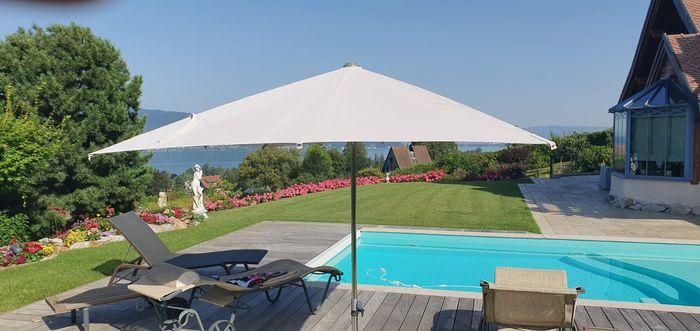 une piscine un parasol deux chaises longues what else ( NB piscine vendue séparément)